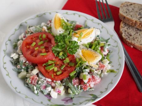 Śniadaniowa sałatka z serkiem wiejskim przepis