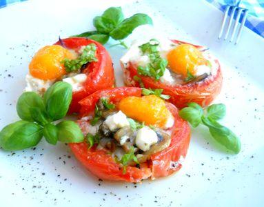 Grillowane pomidory z jajkiem i pieczarkami