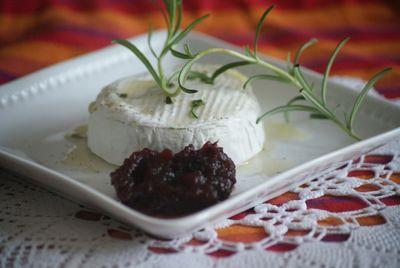 Camembert na ciepło z miodem i rozmarynem