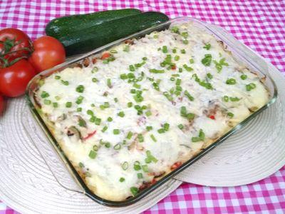 Makaronowa zapiekanka z mięsem mielonym i warzywami pod