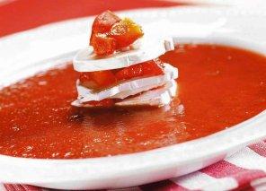 Zupa pomidorowa z kozim serem i czerwoną papryką