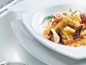 Makaron casarecce z suszonymi pomidorami i szynką parmeńską ...