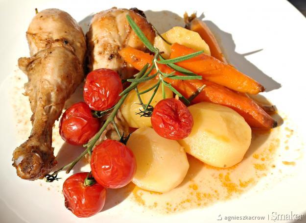 Kurczak zapiekany z ziemniakami, marchewką i pomidorkami ...