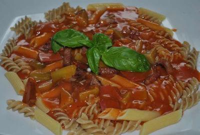 Makaron z sosem pomidorowym z kiełbasą i korniszonami ...