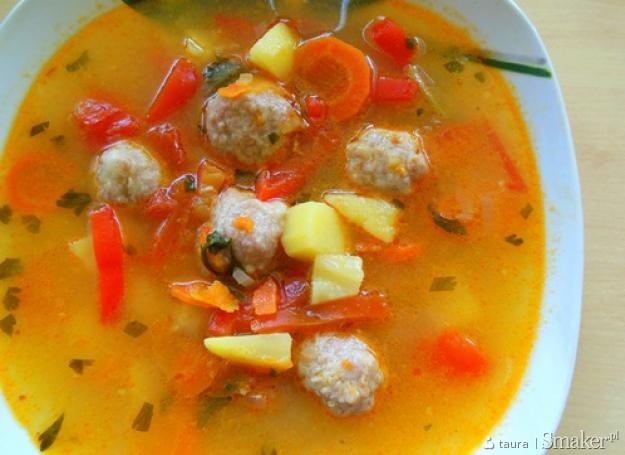 Ostra zupa z pulpecikami i marynowaną papryką