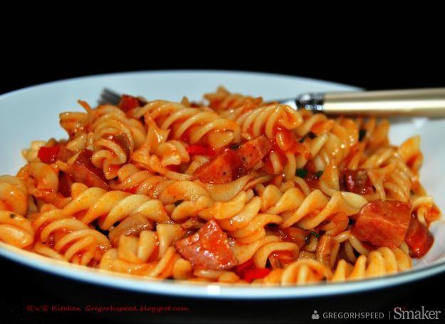 Świderki z sosem pomidorowym i kiełbasą
