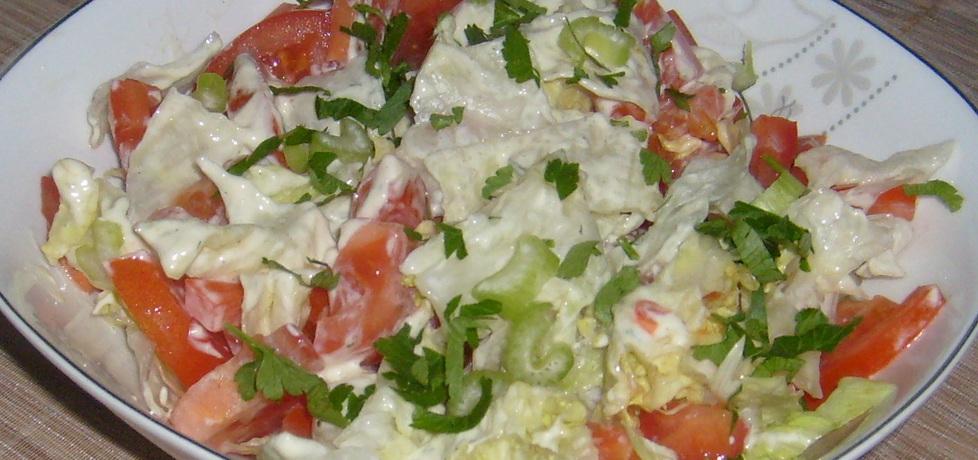 Surówka z sałaty lodowej,pomidorów i selera naciowego