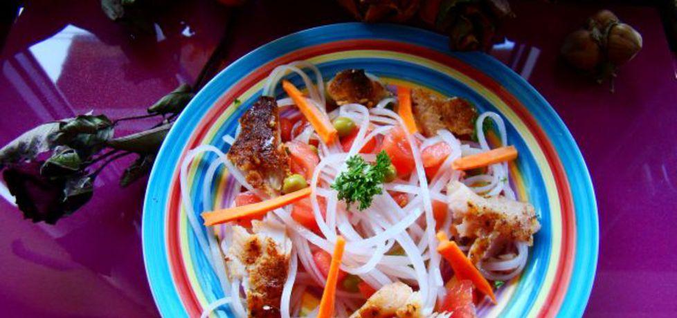 Sałatka z grillowanego pstrąga z makaronem ryzowym i warzywami ...