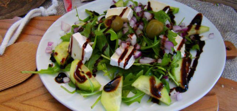 Rukola z ogórkiem zielonym , oliwkami i serem pleśniowym (autor ...