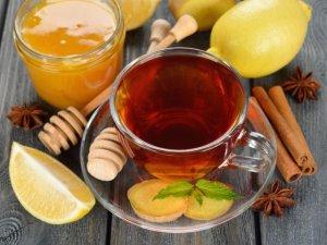 Gorąca zimowa herbata z imbirem, miodem i cytryną