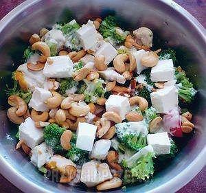 Salatka lekka z migdałami i orzechami nerkowca