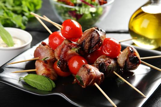 Szaszłyki z rostbefu a la włoska saltimbocca