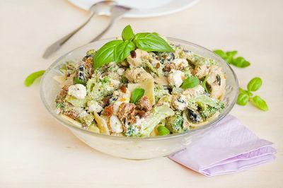 Sałatka brokułowa z suszonymi pomidorami, kurczakiem, oliwkami ...
