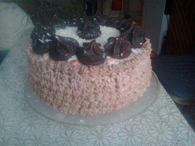 Tort z masą chałwową ,czekoladową i bezami