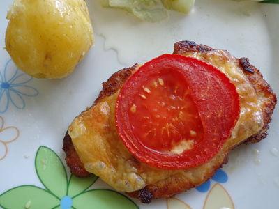 Kotlety schabowe zapiekane z serem i pomidorem