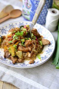 Kurczak po chińsku ze smażonym makaronem ryżowym