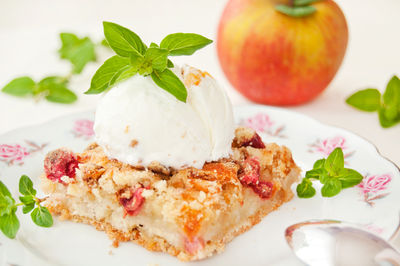 Ciasto sypane z jabłkami i rabarbarem