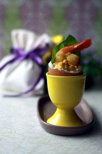 Jajka faszerowane pastą curry z krewetkami i liściem bazylii ...