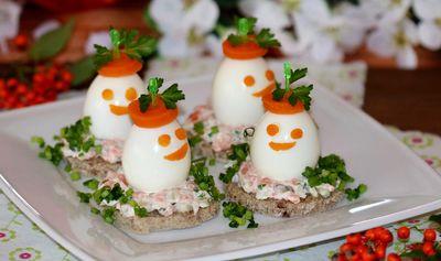 Tartinki bankietowe z jajem i sałatką rybną