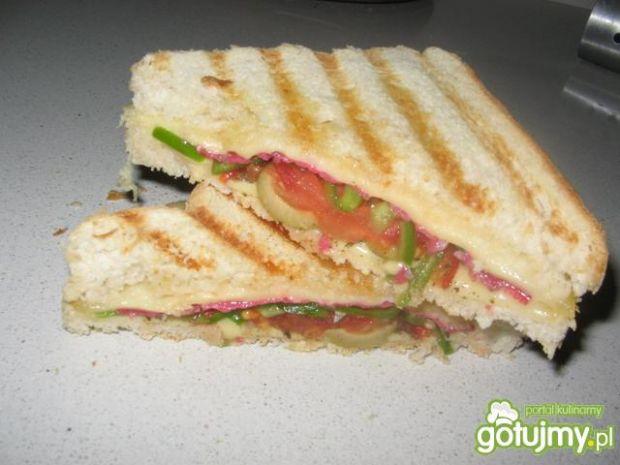 Przepis  tosty z salami i oliwkami przepis