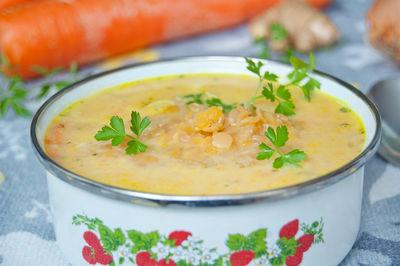 Zupa selerowa podana z soczewicą czerwoną