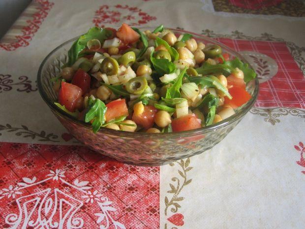 Przepis  sałatka z cieciorką i oliwkami przepis