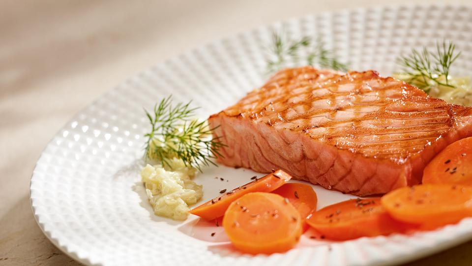 Przepis na pstrąga łososiowego z karmelizowaną marchwią ...