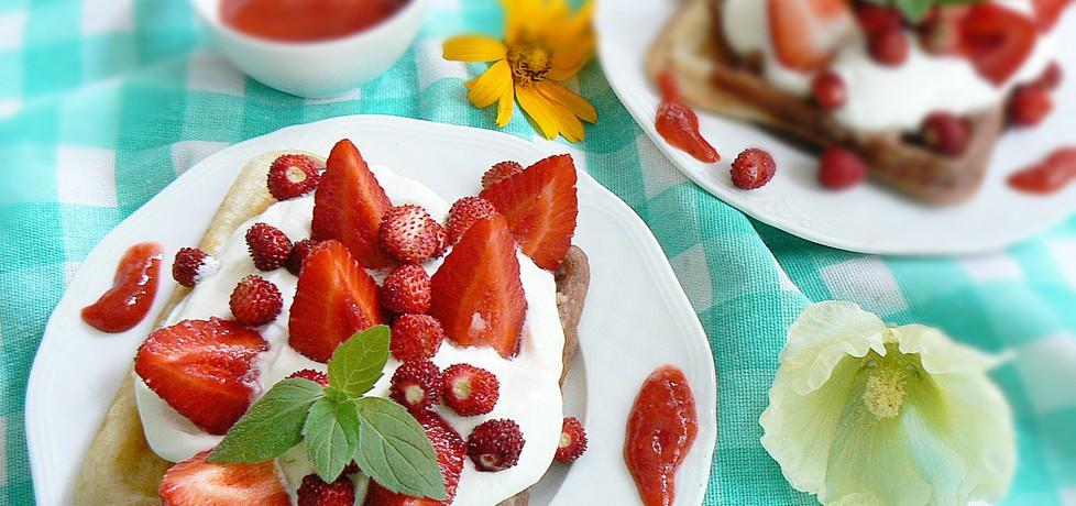 Łaciate gofry śmietanowo jogurtowe z truskawkami (autor: mysza75 ...