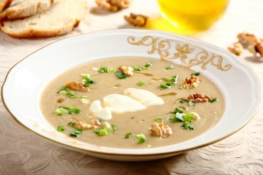 Aromatyczna zupa grzybowa z orzechami i szczypiorkiem