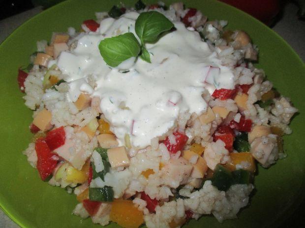 Przepis  sałatka ryżowa z parówkami przepis