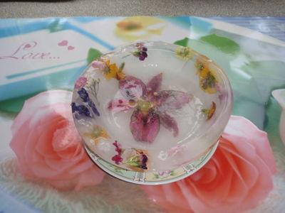 Limonka z sorbetem z ow. leśnych w lodowej misie z kwiatami ...