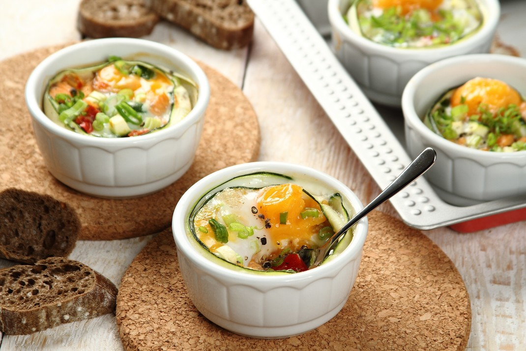 Jajka zapiekane z łososiem i warzywnym ragout