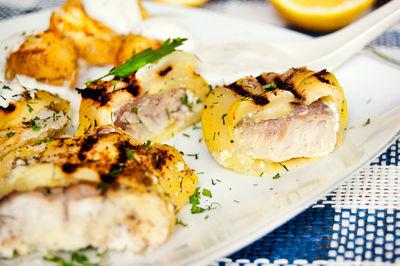 Grillowane roladki cukiniowe z dorszem i serem feta