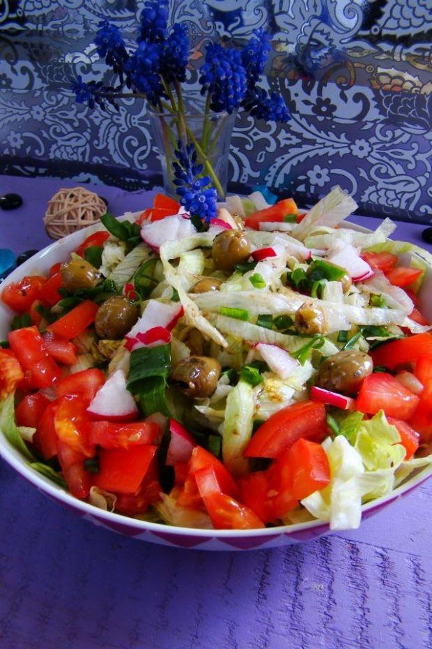 Przepis  sałata lodowa z pomidorami i oliwkami przepis