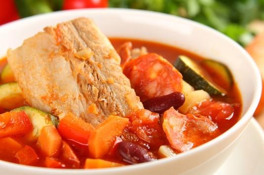 Hiszpańska zupa z chorizo i czerwoną fasolą