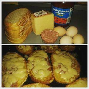 Zapiekany chlebek w jajku z szynką i serem