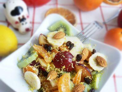 Sałatka owocowa z migdałami i nutą cytryny