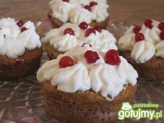 Przepis  jogurtowe muffinki z bitą śmietaną przepis