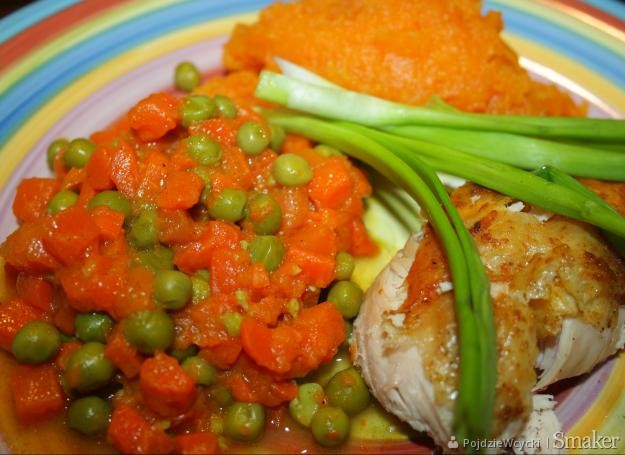 Grilowana pierś z kurczaka z batatami i marchewką z groszkiem ...