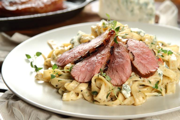Tagliatelle z piersią z kaczki sous vide i serem gorgonzola