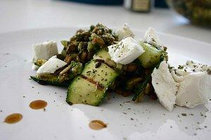 Sałatka z brokułów z fetą i prażonym słonecznikiem