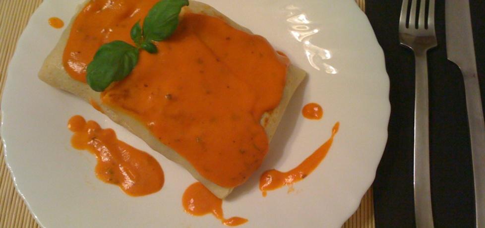 Naleśniki nadziewane mięsem i serem żółtym z sosem pomidorowo ...