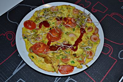 Omlet z parówką i pomidorkami