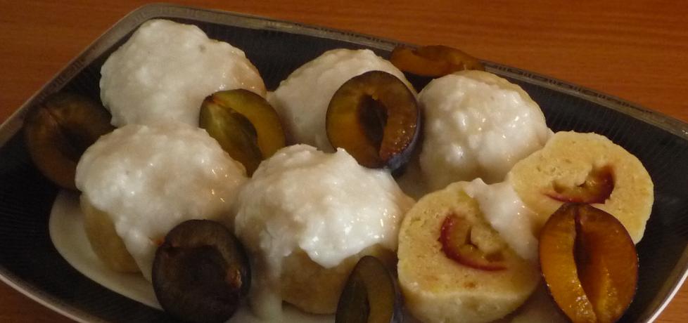 Knedle z dodatkiem bułki tartej nadziane śliwką w kokosowym sosie ...