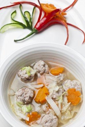 Zupa z kapustą pekińską i klopsikami wieprzowymi