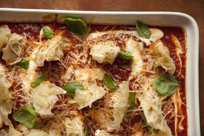 Pierożki z kurkami zapiekane w sosie pomidorowym