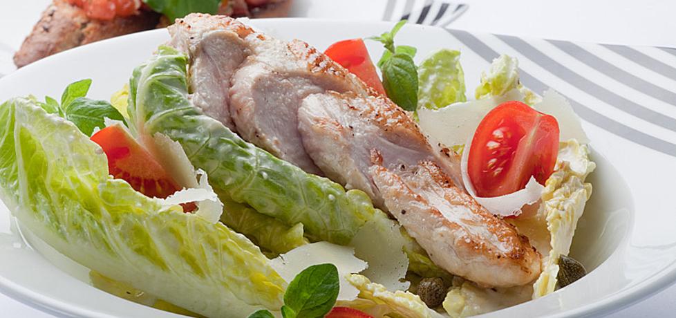 Grill: sałatka z piersią kurczaka zagrodowego i chrupiącymi ...
