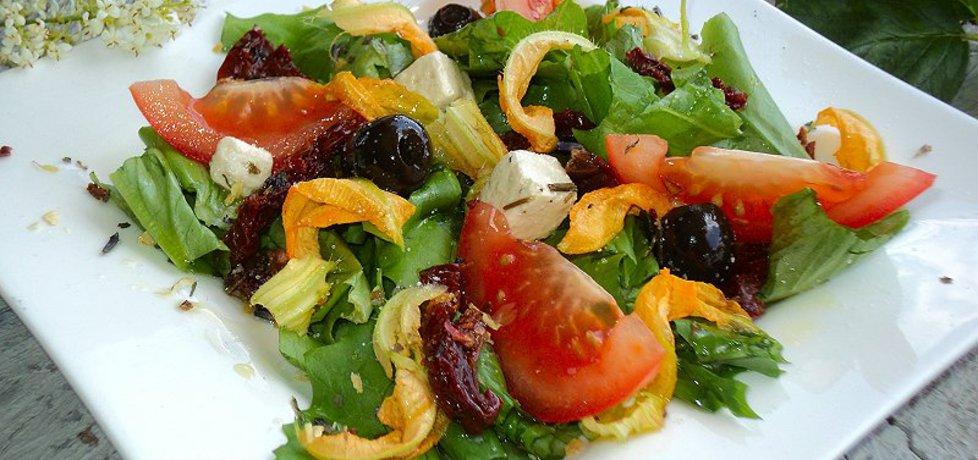 Sałatka z kwiatami cukini, suszonymi pomidorami ,fetą (autor ...