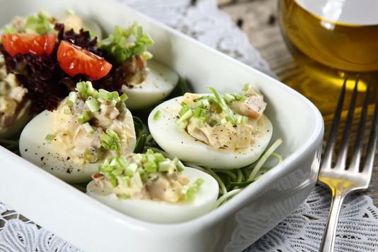 Wielkanocne jajka z pieczarkami, groszkiem, szynką i serem przepis ...
