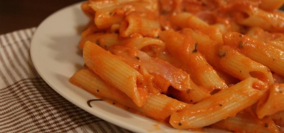 Penne z boczkiem w sosie pomidorowo